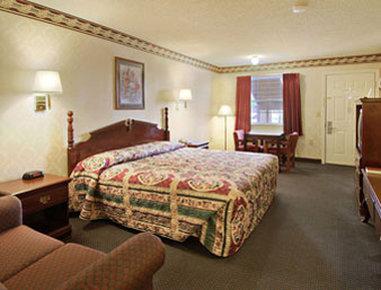 Super 8 Dallas South - Standard King Bed Room