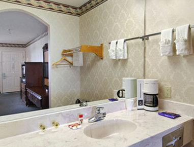Super 8 Dallas South - Bathroom