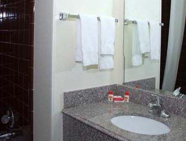 Super 8 Clinton - Bathroom