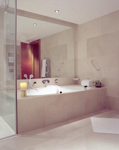 Plaza on the River, London - Bathroom