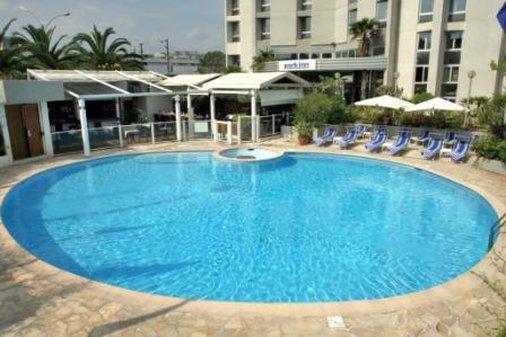 Park Inn by Radisson Nice Airport 游泳池视图