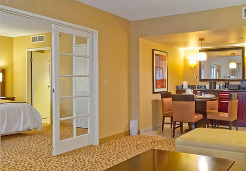 Bakersfield Marriott at the Convention Center - Parlor Suite Dining Area