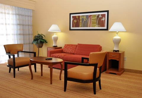 Courtyard College Station - Queen Queen Suite Sitting Area