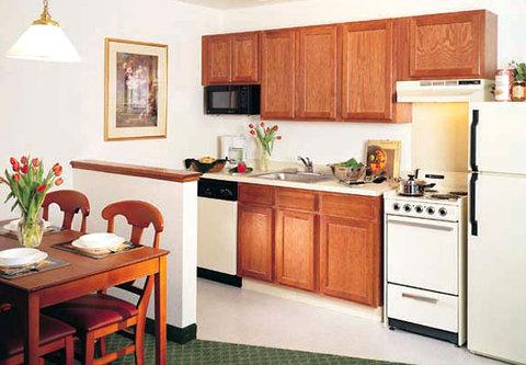 TownePlace Suites Detroit Dearborn - Suite Kitchen