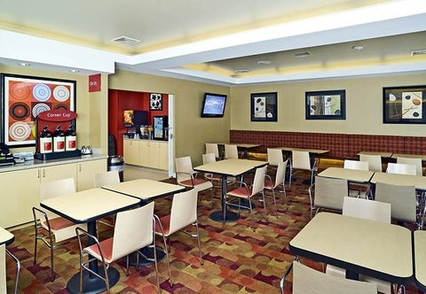 TownePlace Suites by Marriott Gilford - Breakfast Area