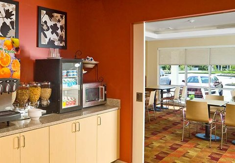 TownePlace Suites by Marriott Gilford - Breakfast Bar