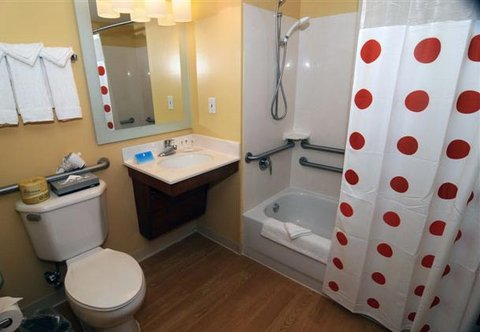 TownePlace Suites Miami Lakes - Accessible Bathroom
