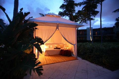 Hyatt Regency Pier Sixty-Six - Pool cabana  evening  Wiseman 09 07