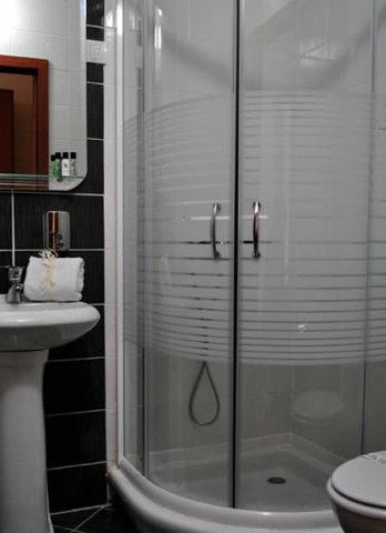 Belgrade City Hotel - Guest Bathroom