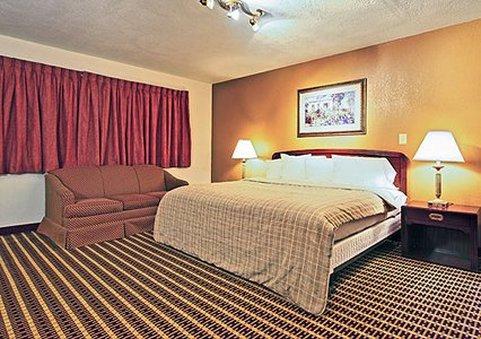 Econo Lodge Inn & Suites - Warren, OH