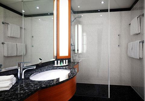 Frankfurt Marriott Hotel - Guest Bathroom
