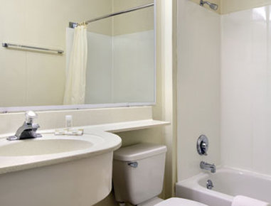 Microtel Inn & Suites by Wyndham Columbia Two Notch Rd Area - Bathroom