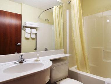 Microtel Inn & Suites by Wyndham Auburn - Bathroom