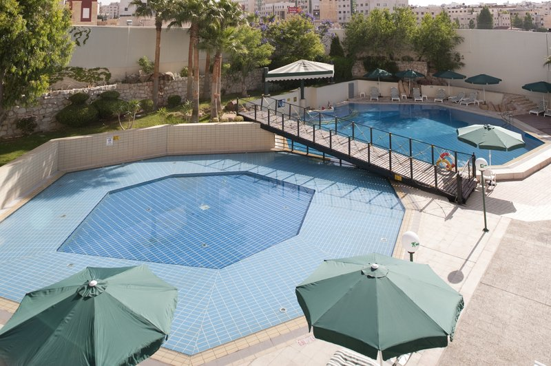 Holiday Inn Amman Kilátás a medencére