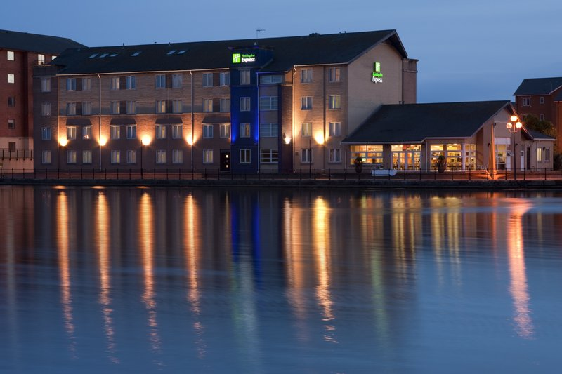 Holiday Inn Express Cardiff Bay Vista exterior