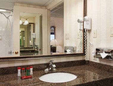 Ramada Plaza Hotel Hagerstown - Bathroom