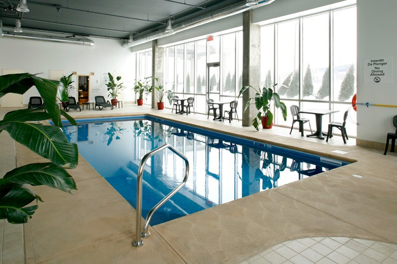 Holiday Inn Express Hotel & Suites Montreal Airport プール
