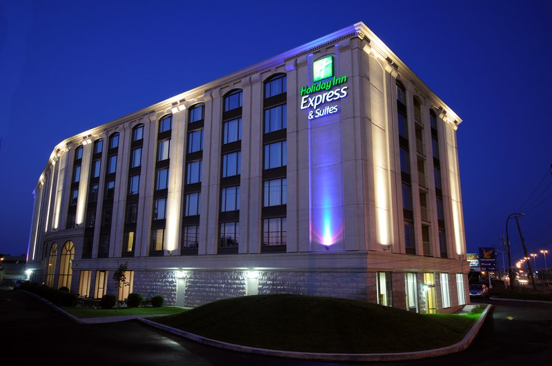Holiday Inn Express Hotel & Suites Montreal Airport 外観
