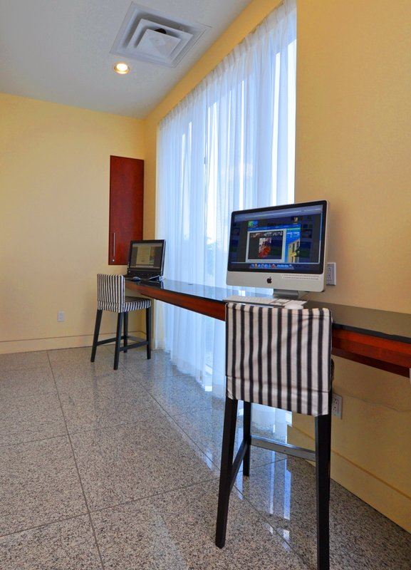 Holiday Inn Express Hotel & Suites Montreal Airport その他