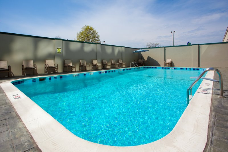 Holiday Inn Express Springfield I-95 S of I-495 Vista della piscina