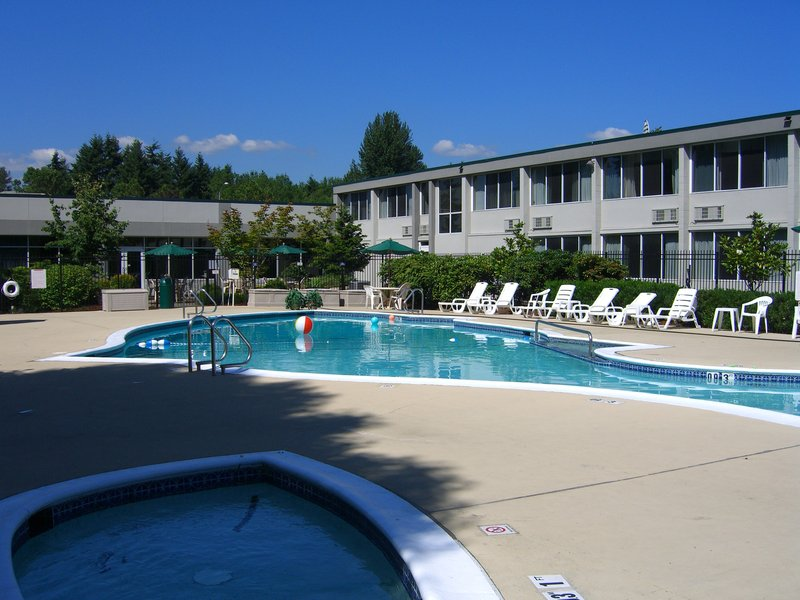 Holiday Inn Seattle-Issaquah 游泳池视图