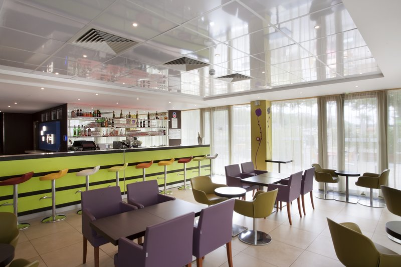 Holiday Inn Express Paris-Canal de la Villette Bar/lounge