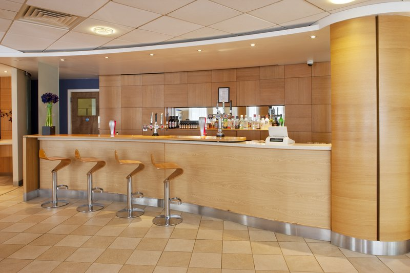 Holiday Inn Express Oxford-Kassam Stadium Bar/lounge