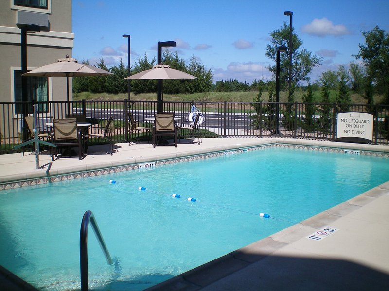 Staybridge Suites Wichita Billede af pool