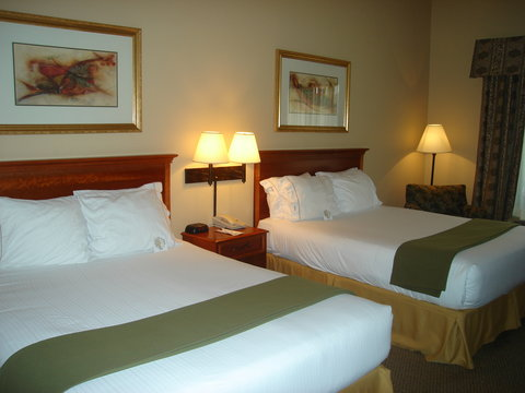 Holiday Inn Express Birmingham East Hotel - Queen Bed Guest Room