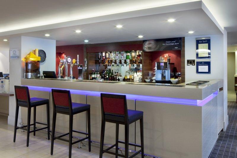 Holiday Inn Express Milton Keynes Baari/lounge