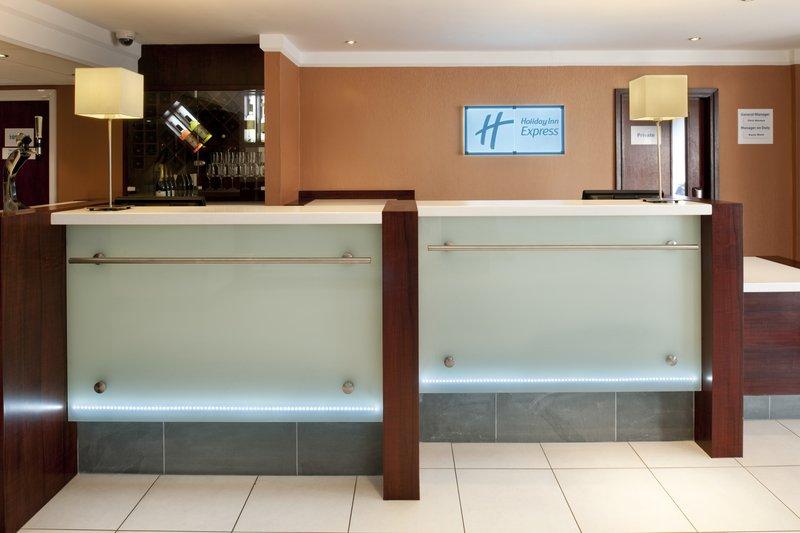 Holiday Inn Express Leeds-East Вестибюль