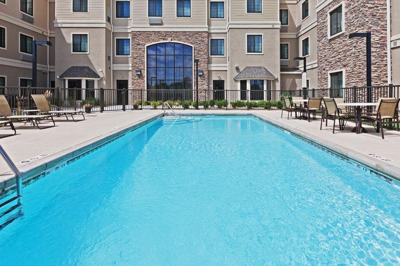 Staybridge Suites Wichita Billede af pool