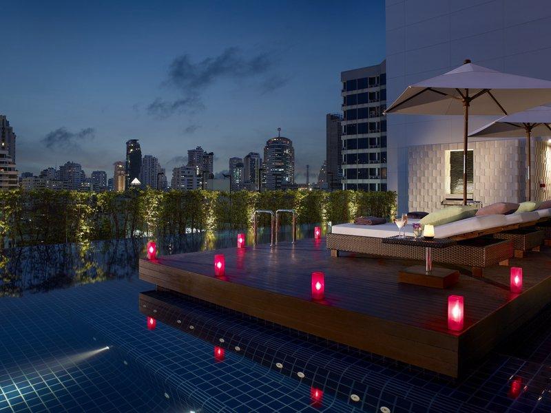Grand Millennium Hotel Sukhumvit Bangkok Kilátás a medencére