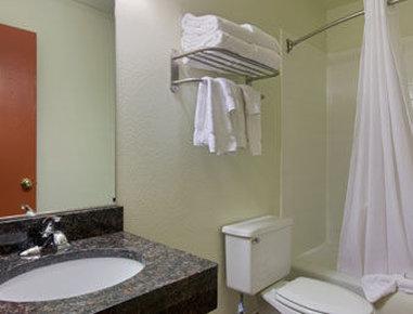 Baymont Inn & Suites Eau Claire WI - Bathroom