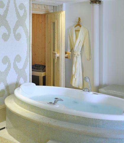 فندق ماريوت القاهرة و كازينو عمر الخيام - Royal Suite Bathroom   Sauna