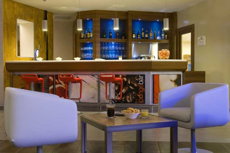 Holiday Inn Express Milan-Malpensa Airport 酒吧/休息厅