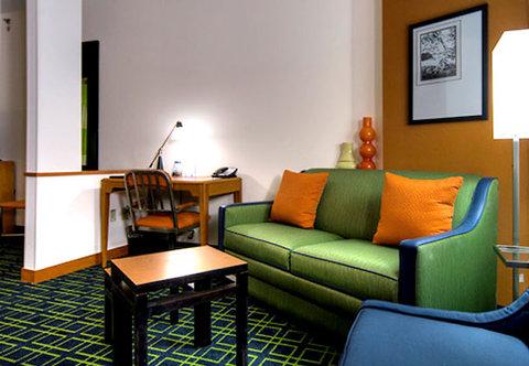 Fairfield Inn & Suites Naples - Suite Living Area