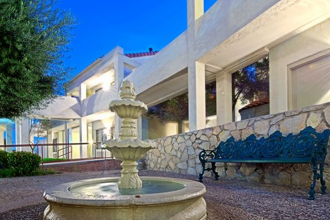 Holiday Inn EL PASO-SUNLAND PK DR & I-10 W - Take a stroll and relax in our El Paso hotel courtyard