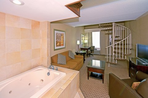 Holiday Inn EL PASO-SUNLAND PK DR & I-10 W - Superior Room - King bed with jacuzzi tub
