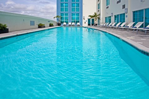 Crowne Plaza FT. LAUDERDALE AIRPORT/CRUISE - Swimming Pool for swimming or relaxing