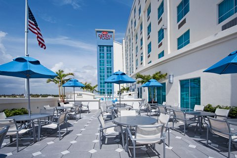 Crowne Plaza FT. LAUDERDALE AIRPORT/CRUISE - Relax on the Guest Patio