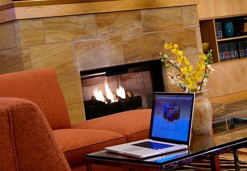 Cincinnati Kingsgate Conference Center Hotel - Lobby Fireplace