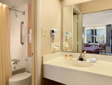 Days Inn Goldsboro - Bathroom