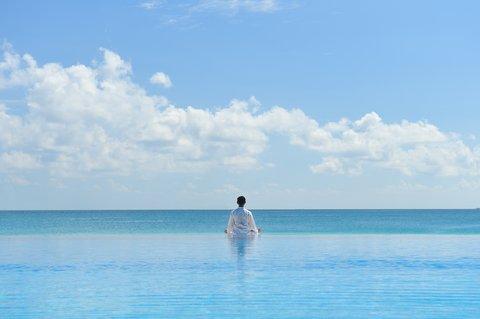Velassaru Maldives - Infinity Pool With Yogi