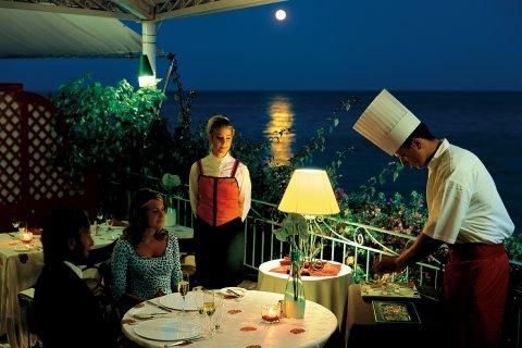 Fortevillage Royal Pineta - Candlelit dinner near the sea
