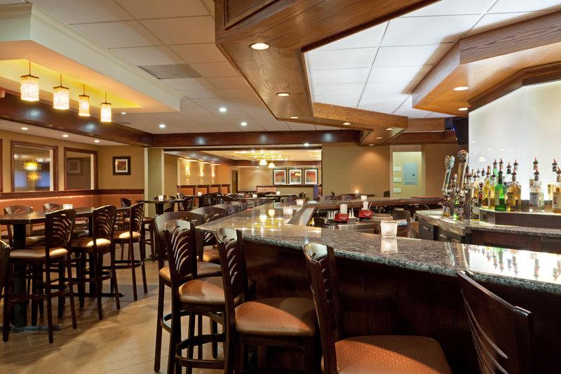 Holiday Inn Hotel & Suites Marlborough Bar/Lounge