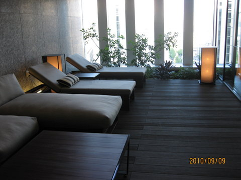 The Capitol Hotel Tokyu - Pool Side Relaxation Area