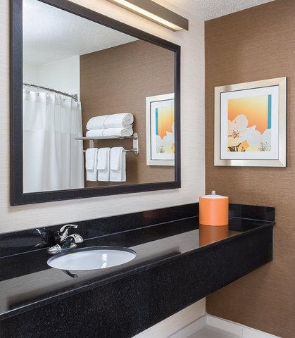 Fairfield Inn & Suites Dallas Park Central - Guest Bathroom