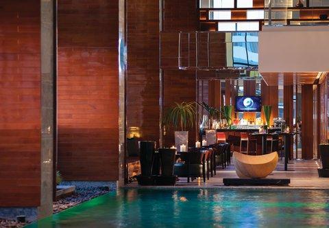 Renaissance Bangkok Ratchaprasong Hotel - H2O Pool Bar