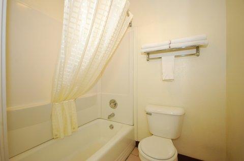 Best Western Santa Fe Inn Hotel - Guest Bathroom